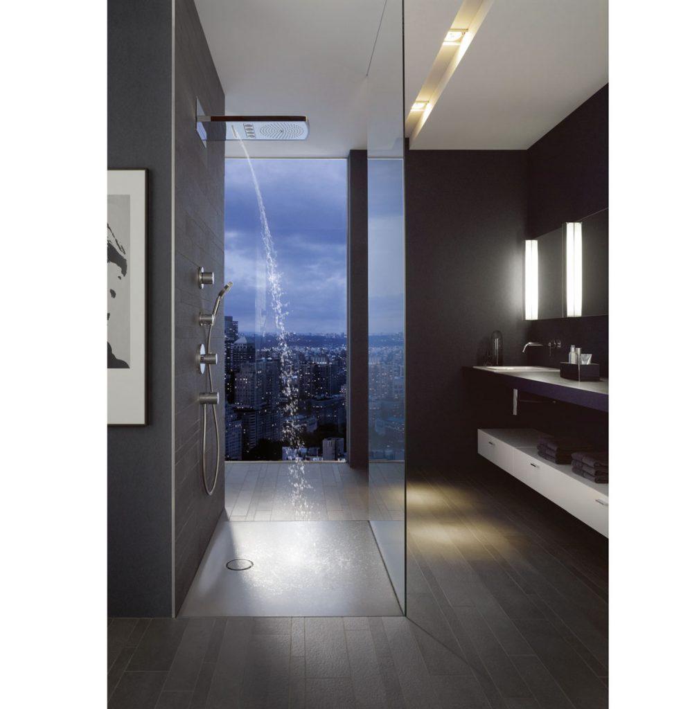 moderná kúpeľňa so sprchovacím smaltovaným oceľovým kútom so sklenenou stenou
