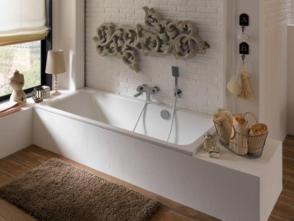 kúpeľňa s murovanou smaltovanou oceľovou vaňou