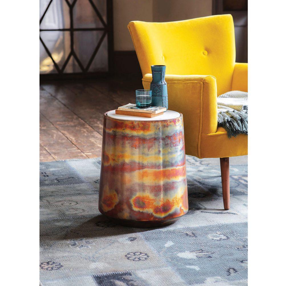 interiér so žltým kreslom a stolíkom z mramoru a leštenej medi