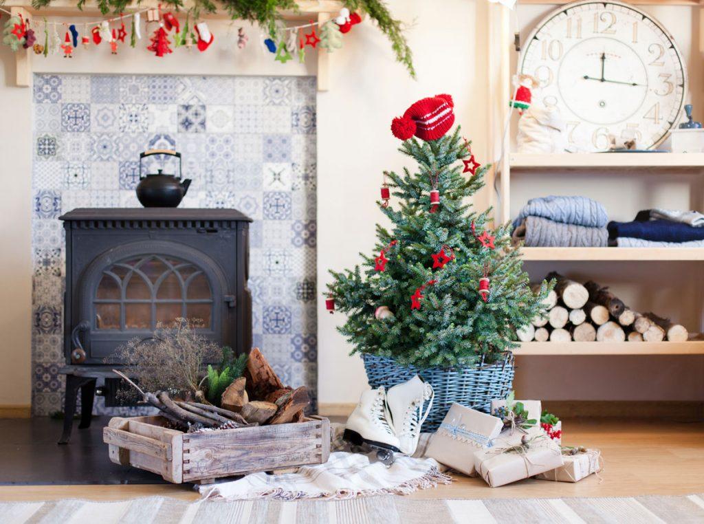 interiér so živým vianočným stromčekom v kvetináči