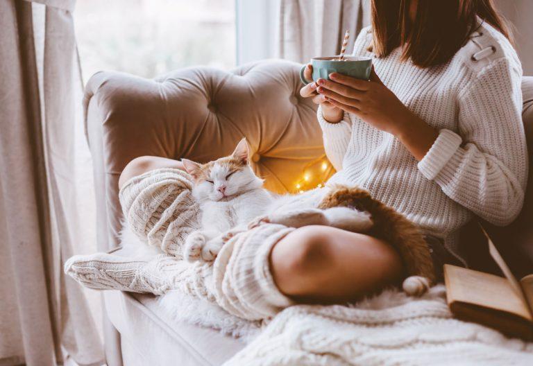 Nechajte zimu za oknami. Tri interiérové trendy, ktoré vnesú do domova pocit tepla a pohody