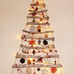 závesný vianočný stromček vyrobený z konárov listnatého stromu a dozdobený tradičnými ozdobami