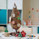 stolový vianočný stromček ručne vyrobený z dreva, lykového špagátu a drobných dekorácií