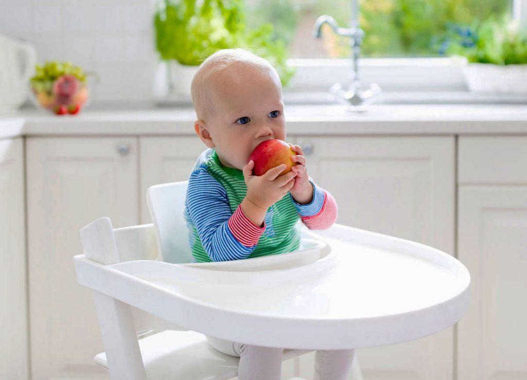 dieťa sediace v detskej plastovej stoličke