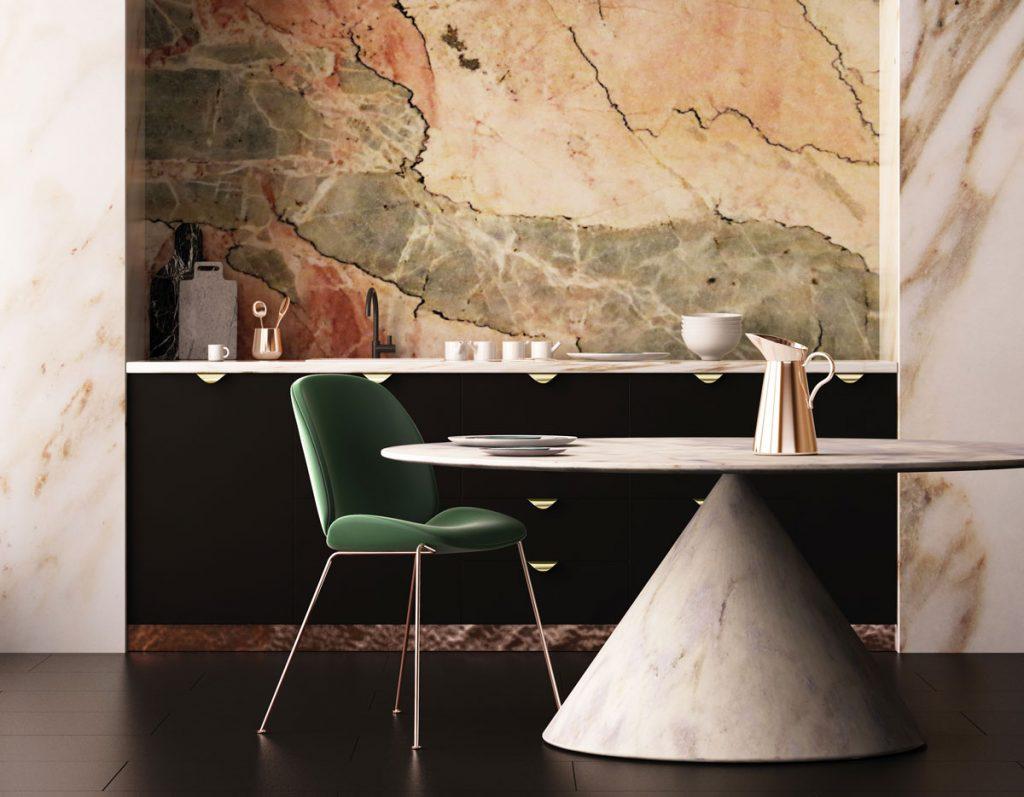 interiér s mramorovou stenou, tmavou podlahou, koženou zelenou stoličkou a mramorovým okrúhlym stolom