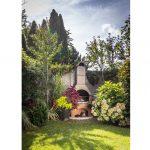 záhrada s trvalkovými záhonmi a grilom