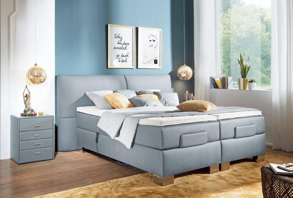 moderná spálňa so sivou posteľou a sivým stolíkom