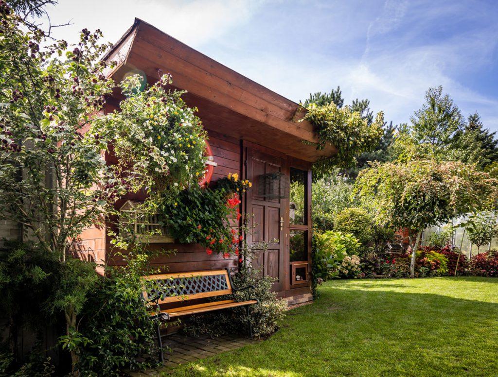 záhrada s voliérou pre vtáctvo, s lavičkou,okrasnými drevinami a trvalkovými záhonmi