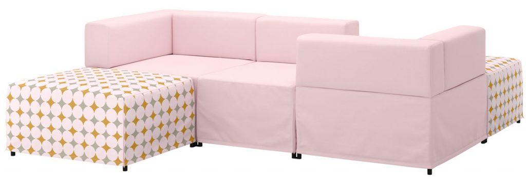 pohovka v pastelovej ružovej vhodná na zariadenie podkrovia