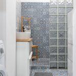 a s marockým obkladom na stene aj podlahe, sprchovým kútom, sklobetónovou zástenou, skrinkou s umývadlom a dreveným vešiakom