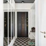 vstupná chodba s bielou murovanou stenou, zrkadlovou stenou, výklenkom s lavicou a podlahou s 3D efektom
