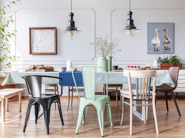 12 jedálenských stoličiek, ktoré oživia každý interiér