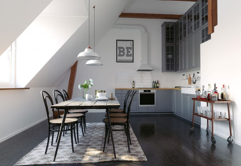kuchyňa v podkroví so sivou kuchynskou linkou, jedálenským stolom a stoličkami s vypletanými operadlami