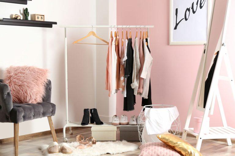Ako zorganizovať veľký šatník v malom priestore?