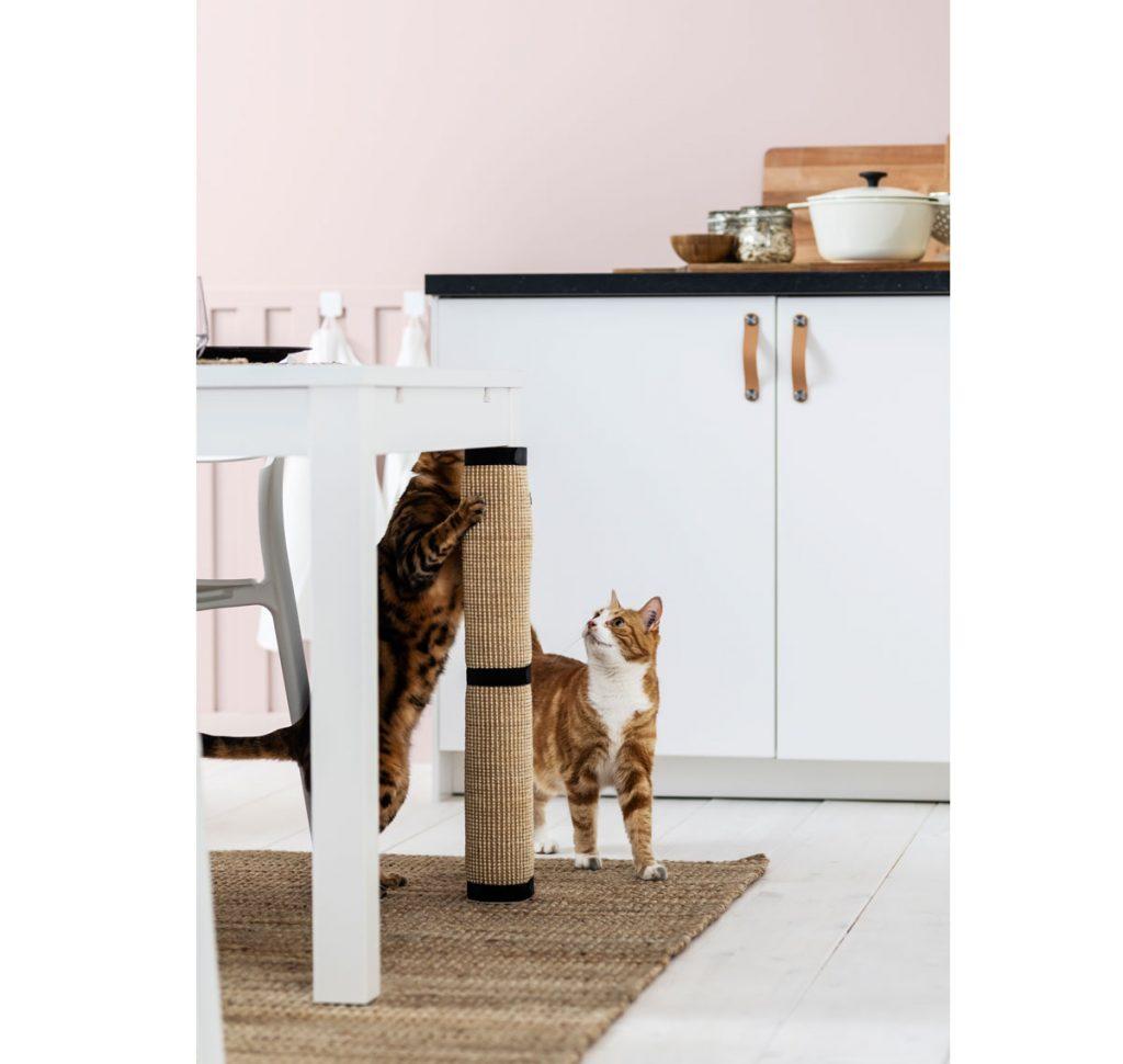 škrabadlo pre mačky pripevnené o nohu stola