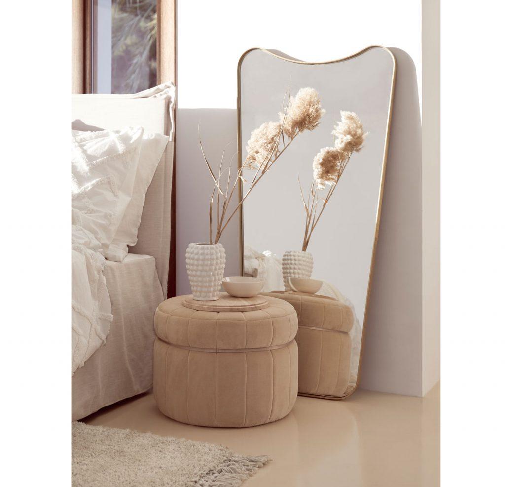 spálňa v natur štýle s taburetkou, vázou so sušeným kvetom a zrkadlom