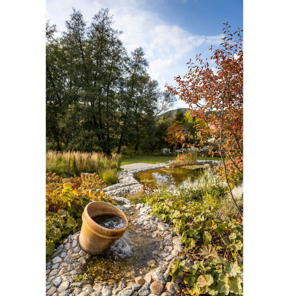 Jazierko s potôčikom z riečnych kameňov vybudované na svahovitom teréne prírodnej záhrady.