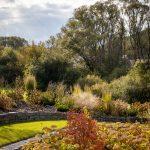Prírodná záhrada na svahovitom pozemku s vyvýšenými, celoročne atraktívnymi záhonmi.