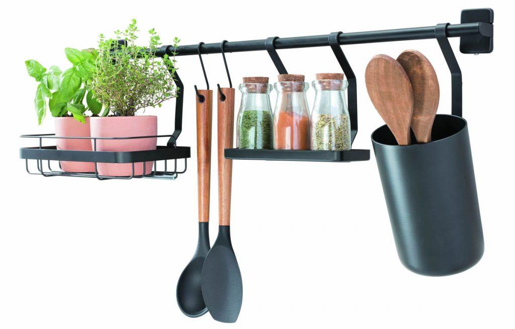 Riešenie pre malé interiéry: nástenný organizír do kuchyne