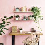 Trendy v interiéroch 2020: Pracovný stôl s kreslom z prírodného materiálu a zelenými kvetinami.