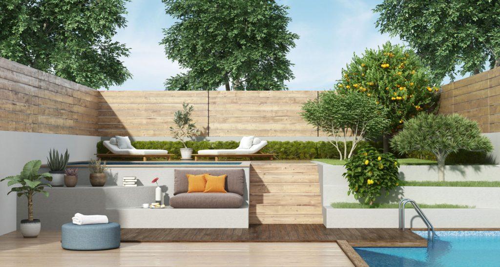 malá záhrada s umelo vytvoreným svahom členeným na oddychovú zónu s ležadlami a sedením, bazénom a úžitkovými stromami