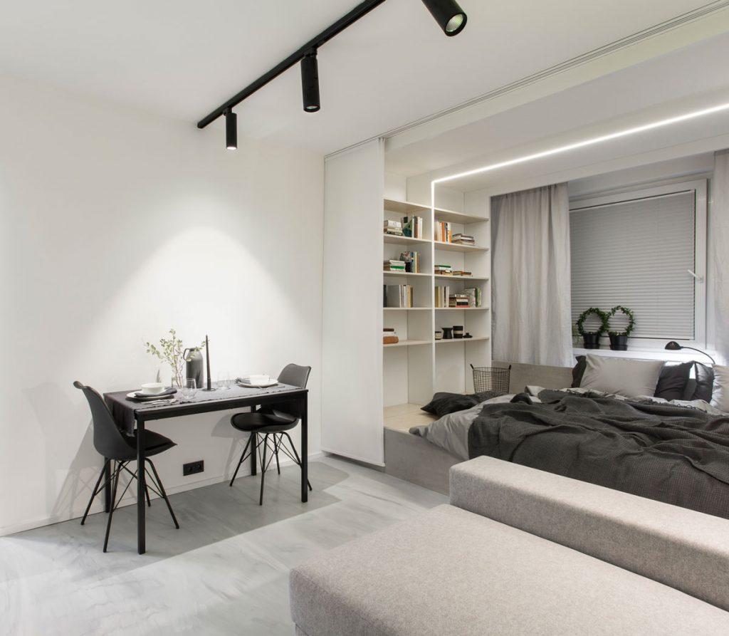 Riešenie pre malé interiéry: Izba s vyvýšenou podlahou s úložnými priestormi a posteľou.