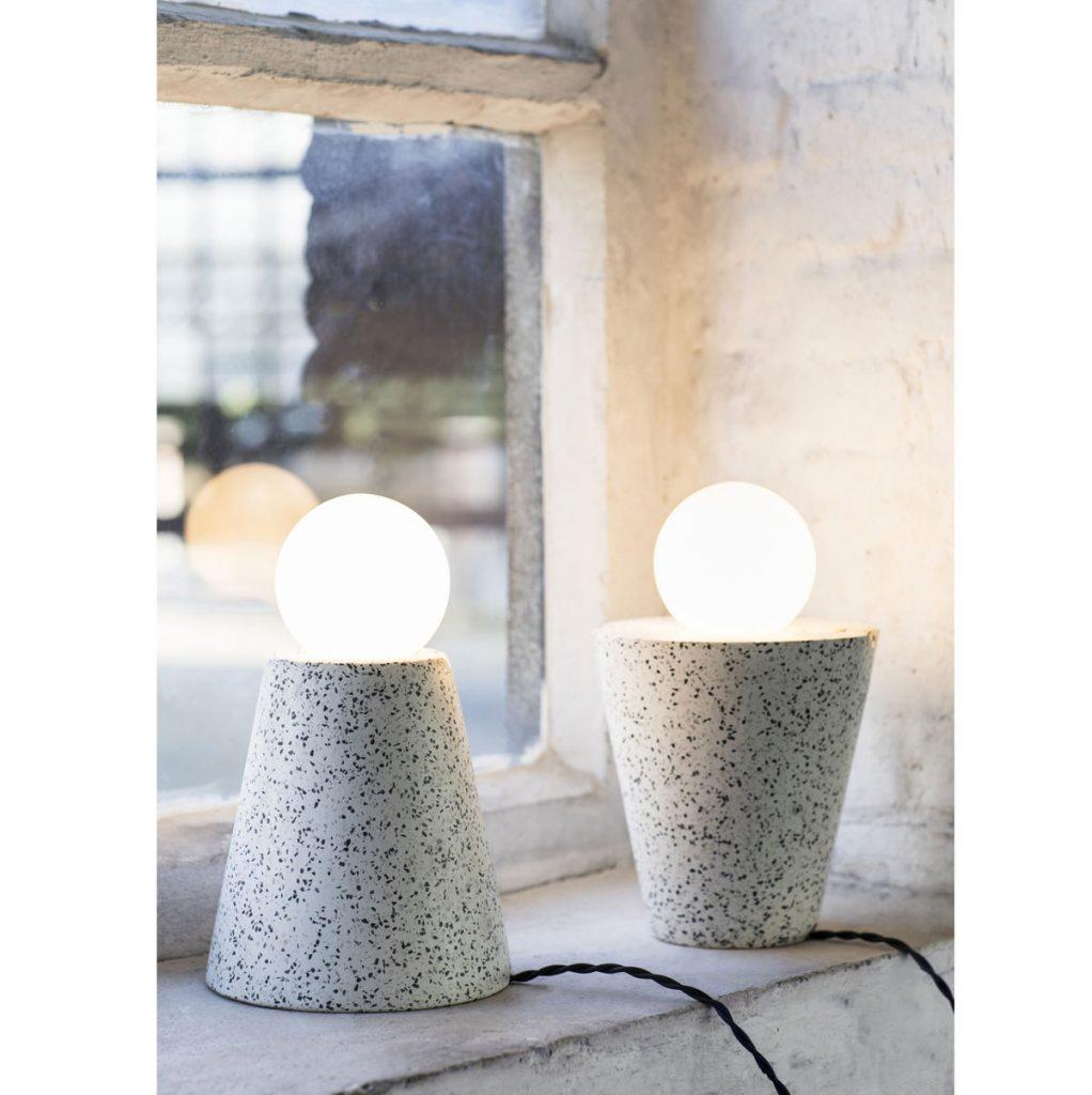 Interiérové trendy 2020: lampy na terazzo podstavci