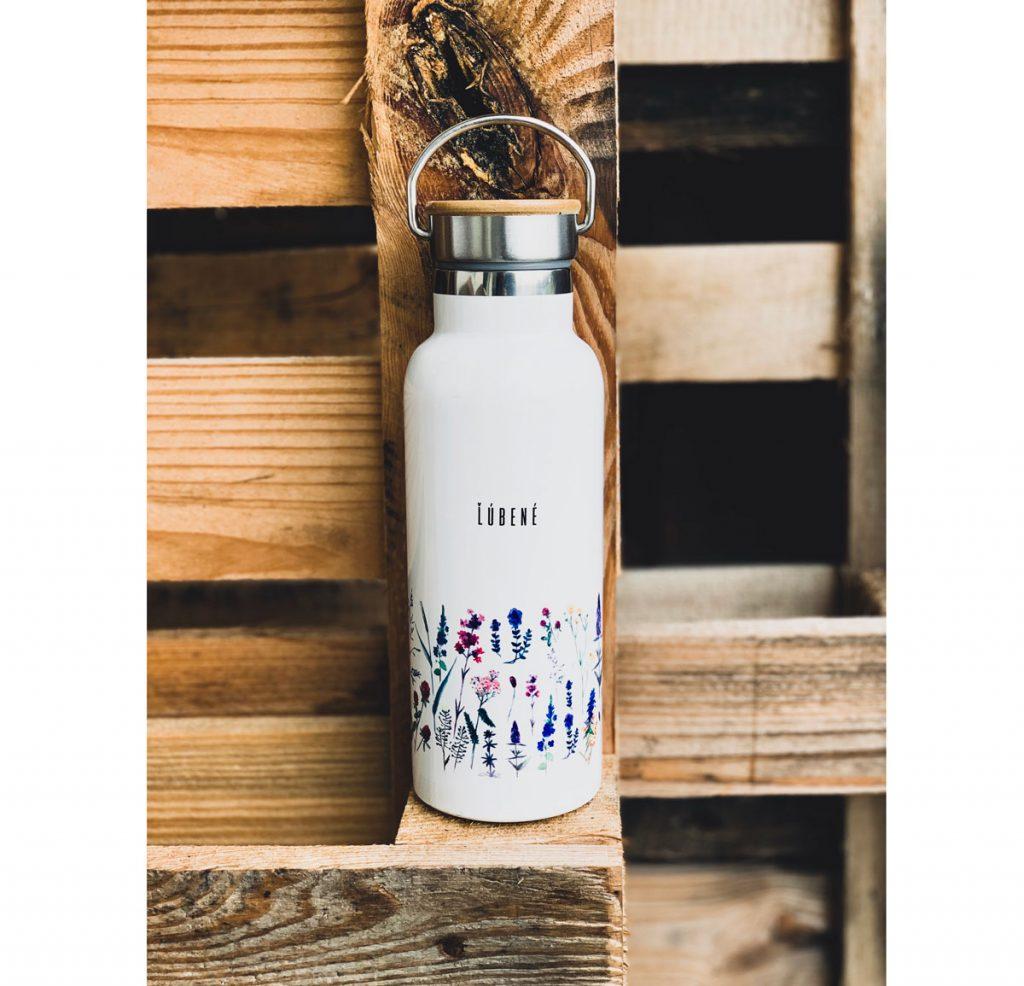 smaltovaná fľaša značky Ľúbené s motívom lúčnych kvetín