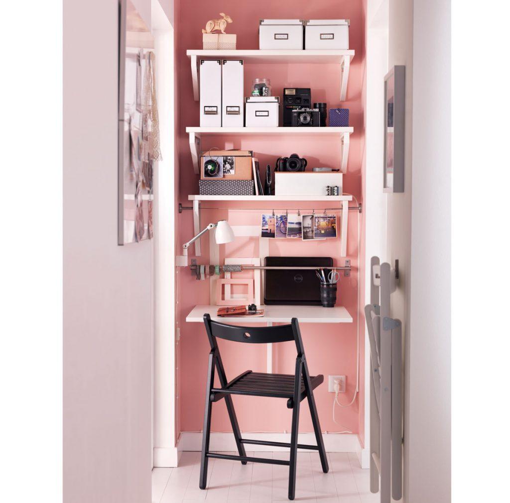 Riešenie pre malé interiéry: Malá pracovňa so skladacou stoličkou a stolíkom a policami zariadená v priestore chodby.