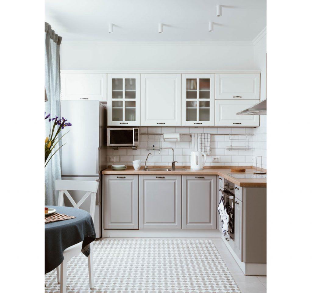 kuchyňa v severskom štýle s bielo-sivou kuchynskou linkou a podlahou s retro geometrickým vzorom