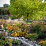 Prírodná záhrada vybudovaná vo svahovitom teréne s celoročne atraktívnymi trvalkovými záhonmi a jazierkom s potôčikom.