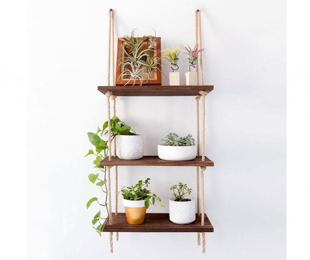 Riešenia pre malé priestory: závesné police s kvetinami.