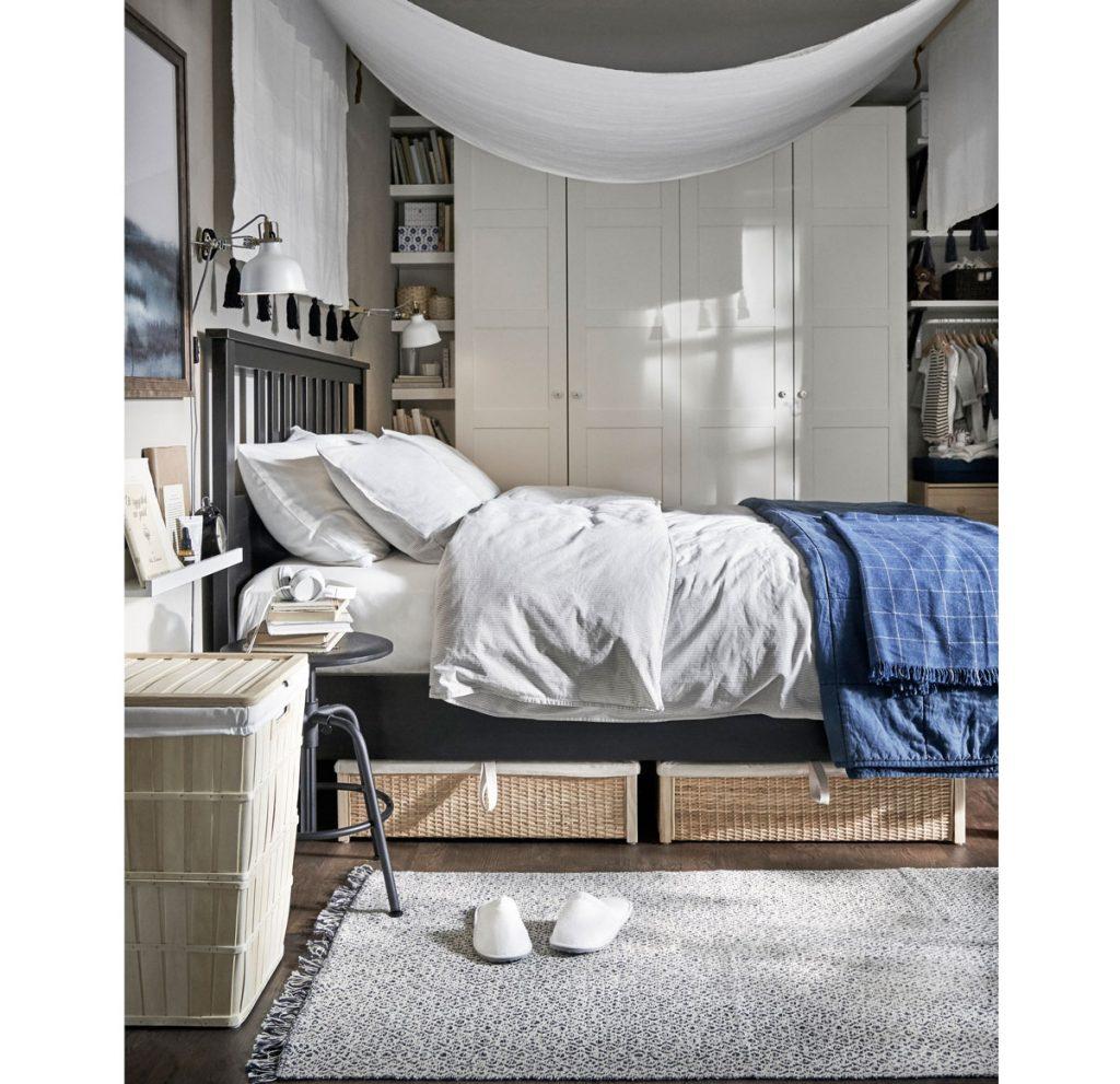 Riešenia pre malé priestory: Spálňa s tmavou drevenou posteľou s úložnými ratanovými košmi a skriňami vysokými po strop.