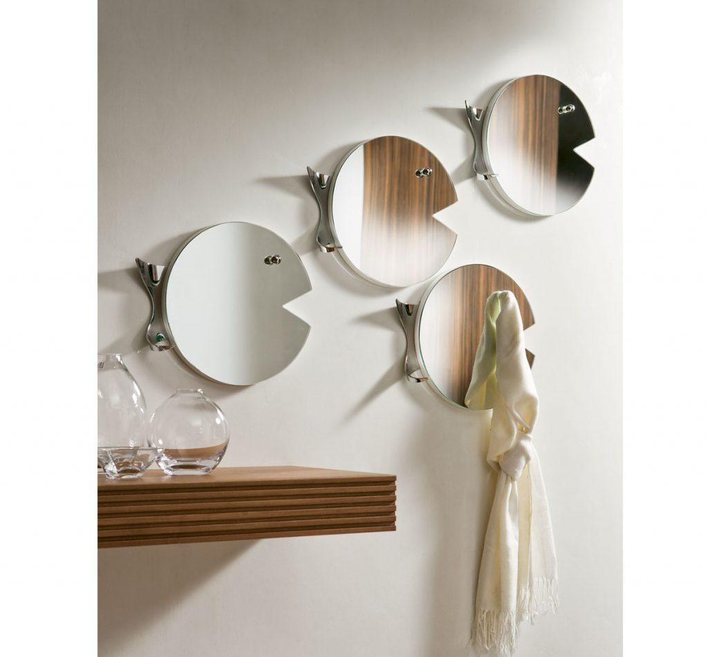 Riešenie pre malý interiér: Viacero menších zrkadiel v tvare rýb s vešiakom.