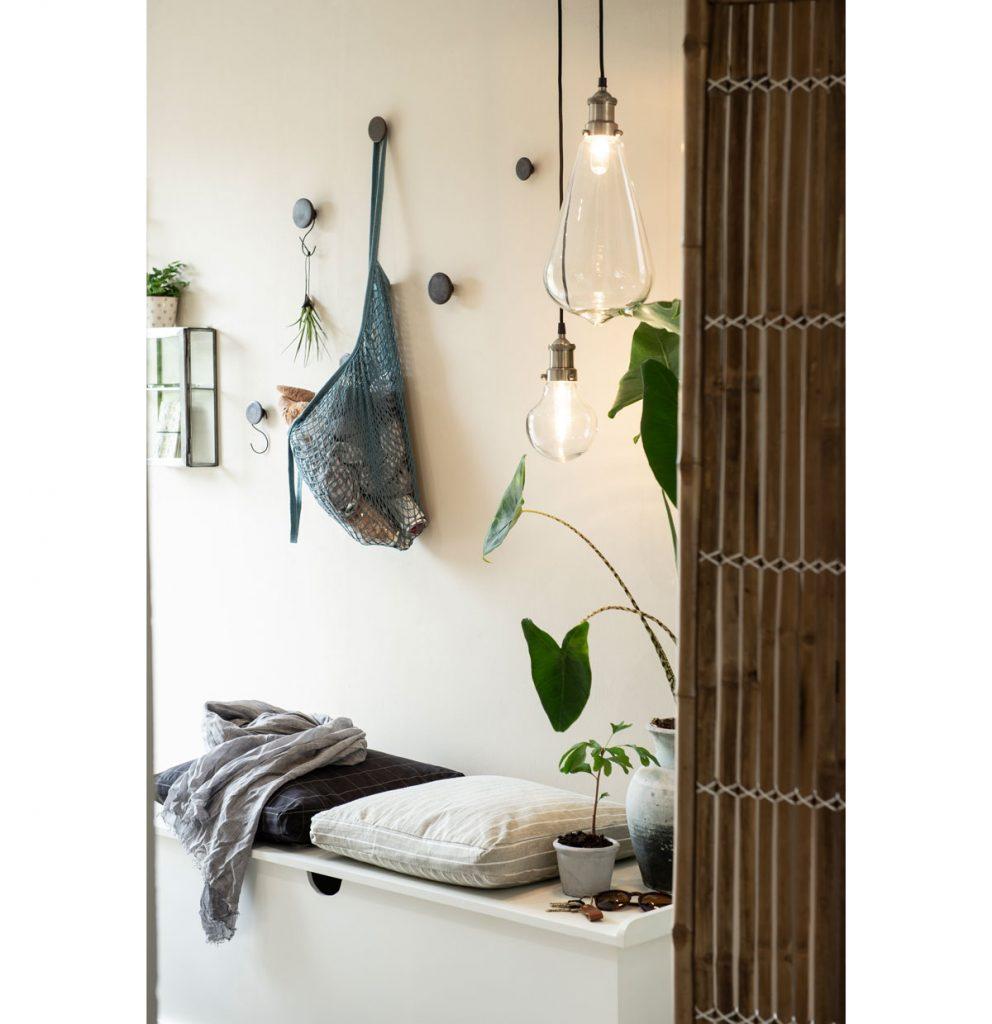 Riešenie pre malý interiér: Malá predsieň so skrinkou na topánky a vešiakmi na kabáty.