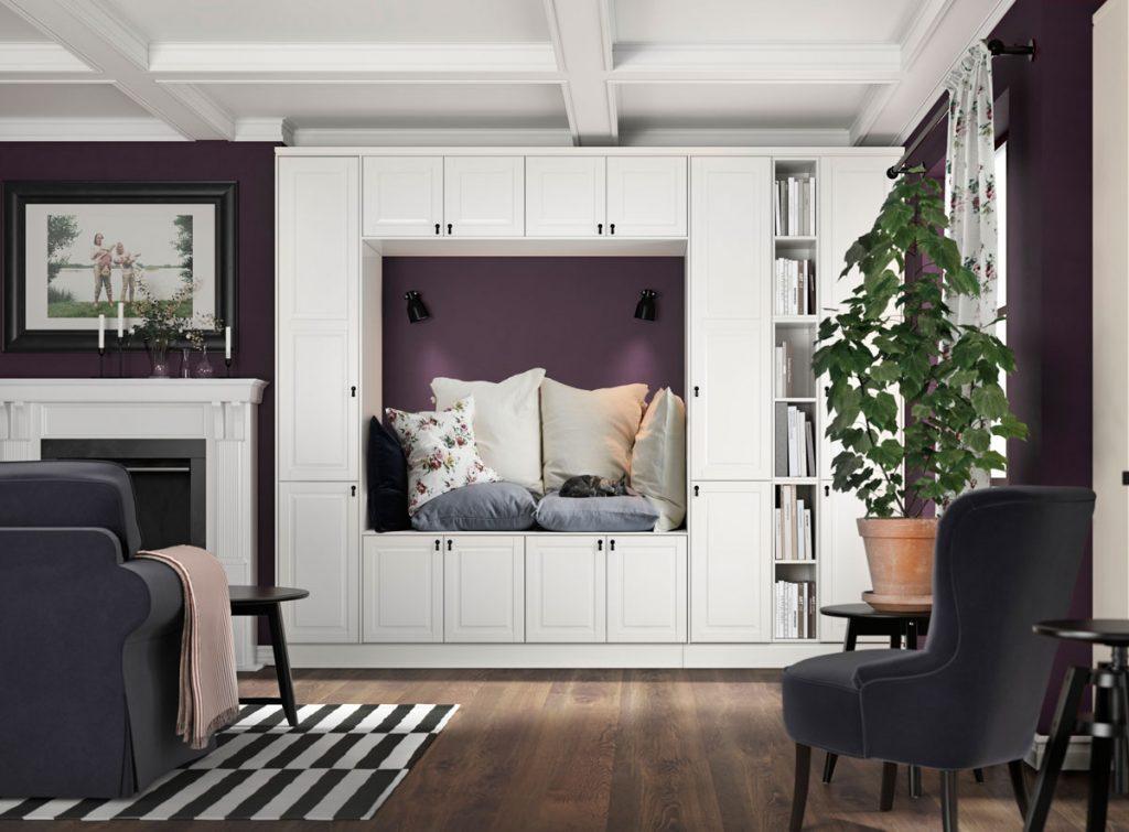Ako upraviť steny v obývačke: interiér s bielou obývačkovou zostavou s výklenkom na sedenie.