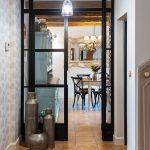 Presklené dvere vedúce do rustikálnej kuchyne v rodinnom dome.