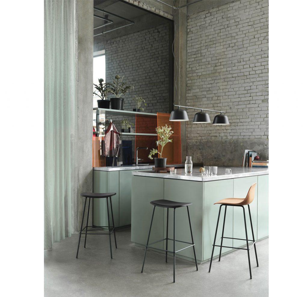 Minimalistická retro kuchynská linka s barovými stoličkami.