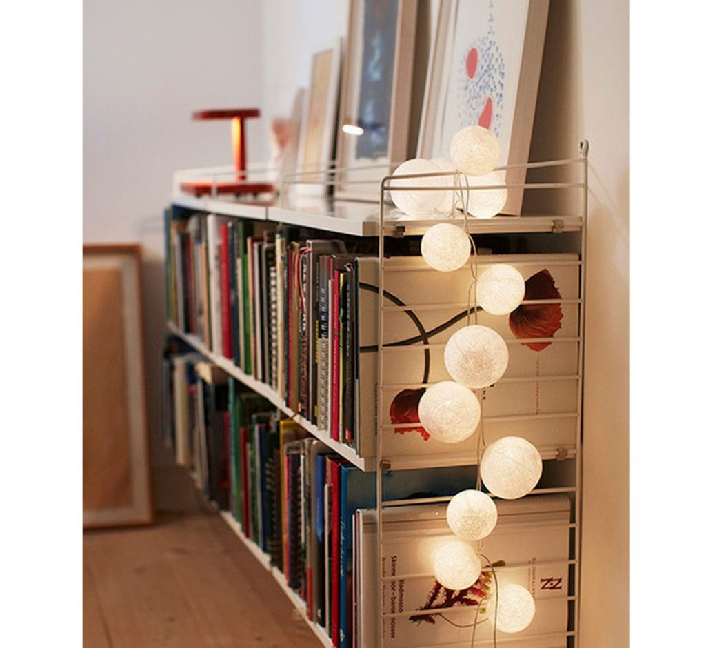 Knižnica ozdobená svetelnou reťazou.
