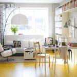 Obývačka v modernom vidieckom štýle slúžiaca aj ako pracovňa, či jedáleň.