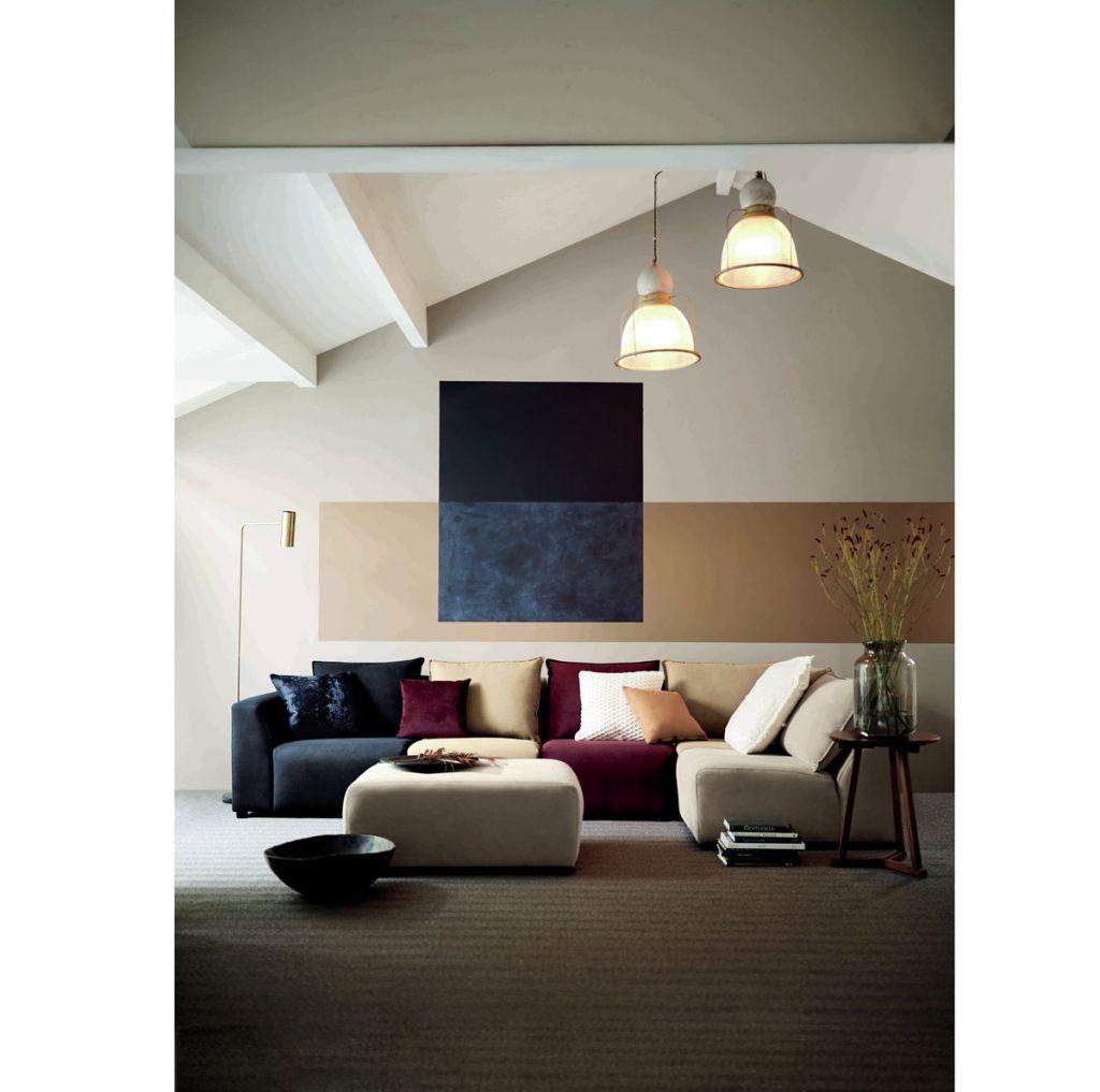 Úprava stien v obývačke: Interiér ladený farebne v štýle color blockingu.