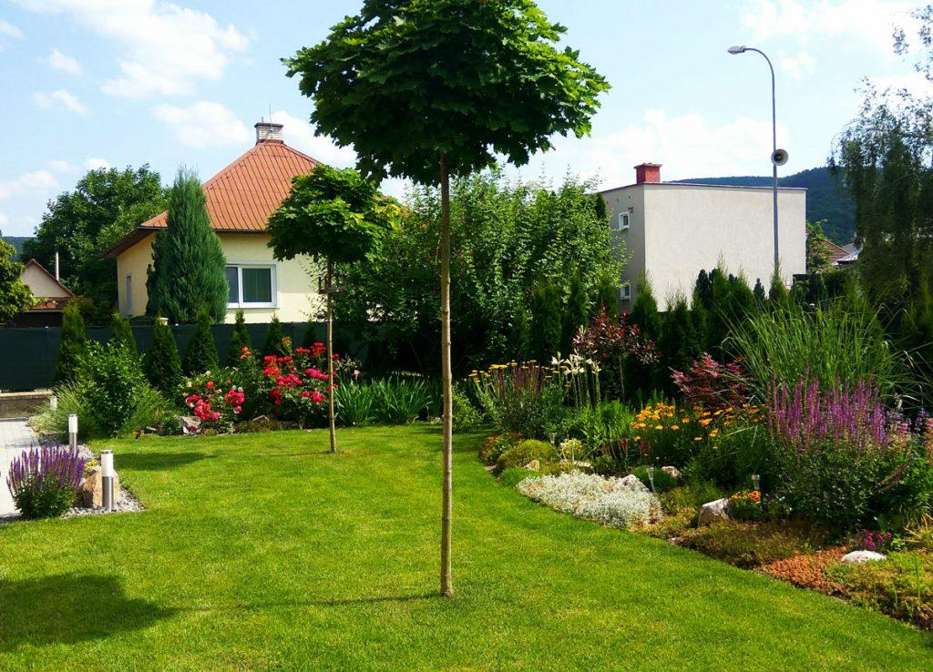 Svojpomocne vybudovaná záhrada s trávnatou plochou, drevinami, trvalkovými záhonmi a skalkou.