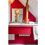 Podkrovná kúpeľňa v tradičnej chalupe s dreveným trámom.
