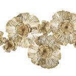 železná nástenná dekorácia s motívom kvetov