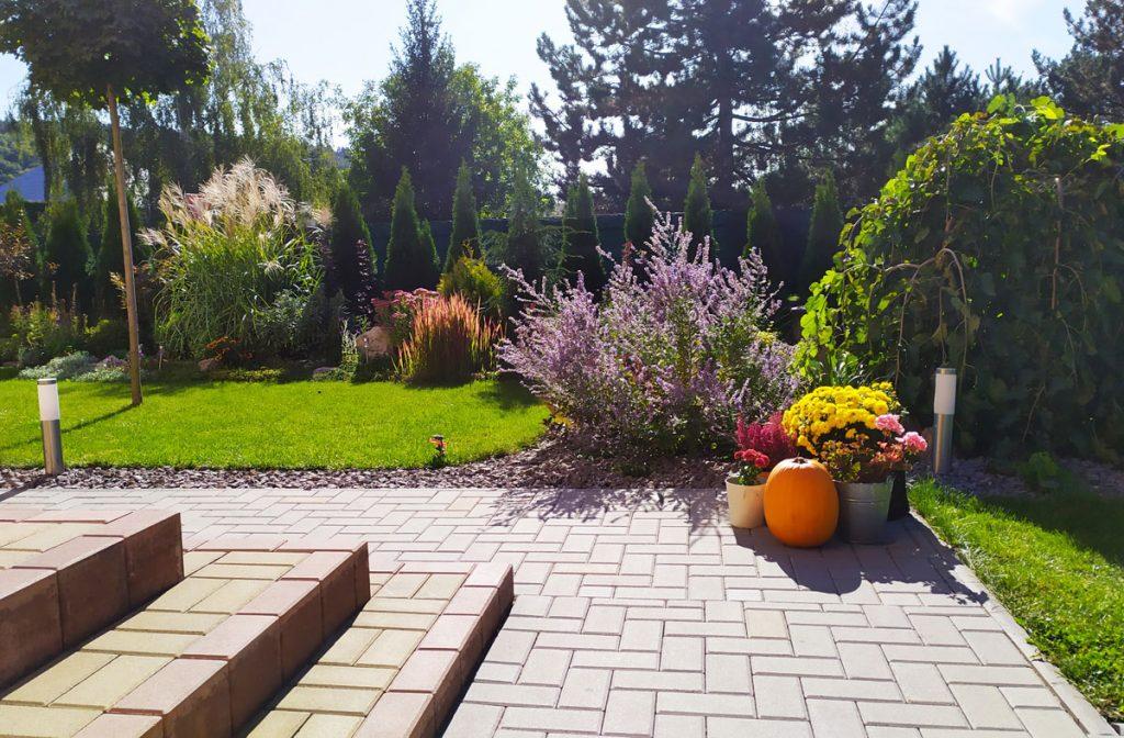 Svojpomocne vybudovaná záhrada s drevinami, živým plotom, trvalkami a okrasnými trávami.