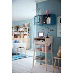 Pracovný kútik s úložnými priestormi vytvorený v obývačke.
