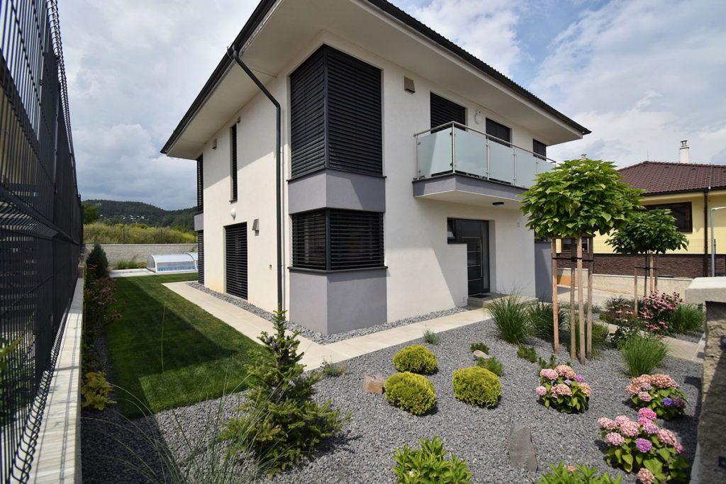 Záhrada pri rodinnom dome navrhnutá záhradným architektom s okrasnými trvalkami, drevinami a okrasnými trávami.