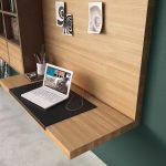 Pracovná plocha pre notebook vyriešená formou nástenného písacieho stolíka, ktorý je súčasťou obývačkovej steny. Foto: Hülsta