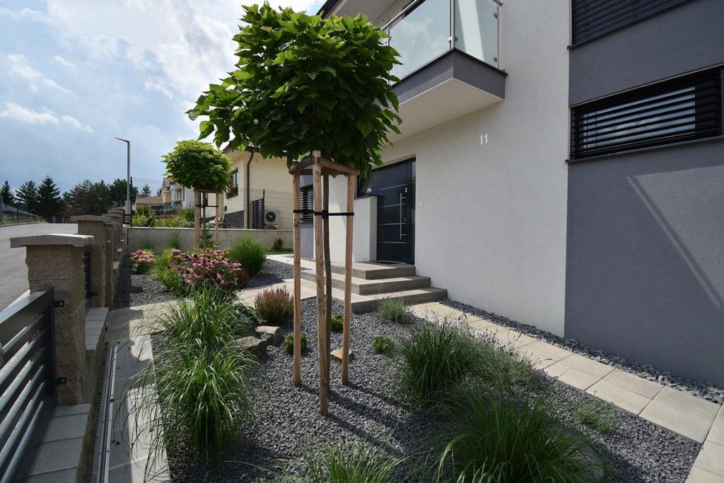 Vybudovať záhradu svojpomocne alebo s architektom: moderná záhrada s trvalkovými záhonmi, okrasnými trávami a drevinami navrhnutá záhradnou architektkou.