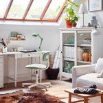 Obývačka vo vidieckom štýle spojená s pracovným kútikom. Foto: IKEA